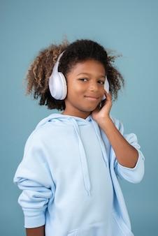 Porträt eines coolen teenagers, der musik über kopfhörer hört
