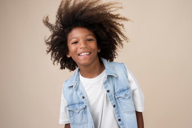 Porträt eines coolen teenagers mit dauerwelle
