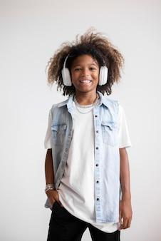 Porträt eines coolen teenagers mit kopfhörern