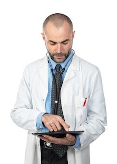 Porträt eines doktors, der eine tablette verwendet.