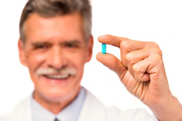 Porträt eines doktors mit einer blauen tablette.