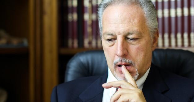 Porträt eines durchdachten managers in seinem büro