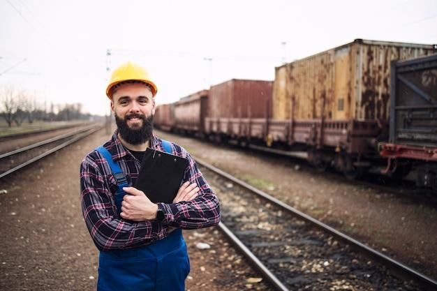 Porträt eines eisenbahnarbeiters, der versandbehälter versendet