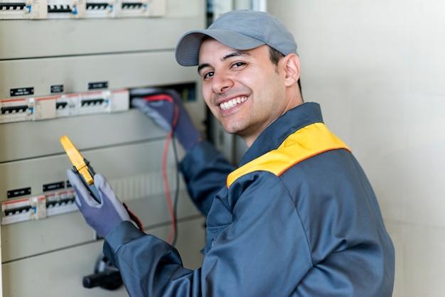 Porträt eines elektrikers bei der arbeit