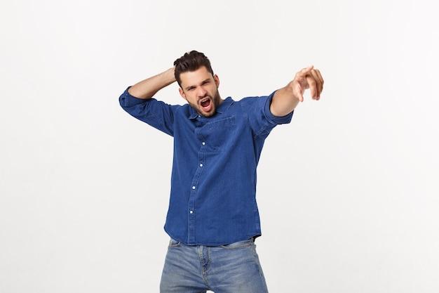 Porträt eines emotionalen jungen mannes, der isoliert über tanzt