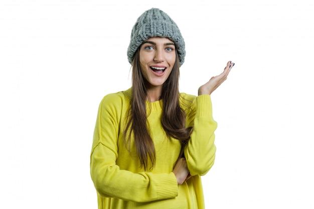 Porträt eines emotionalen mädchens in der gelben strickjacke