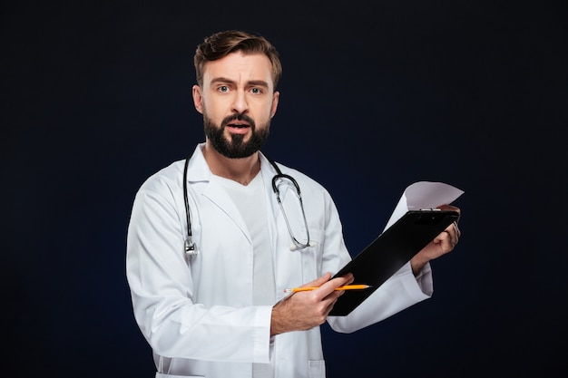 Porträt eines entsetzten männlichen doktors