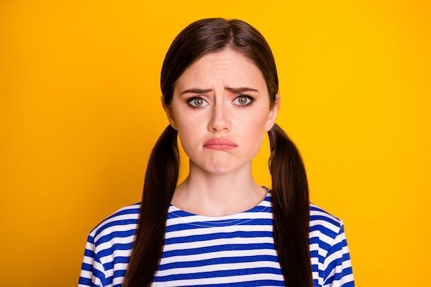 Porträt eines enttäuschten, frustrierten mädchens haben streit, fühlen sich verärgert, weinen, tragen gut aussehende kleidung einzeln auf lebendigem farbhintergrund