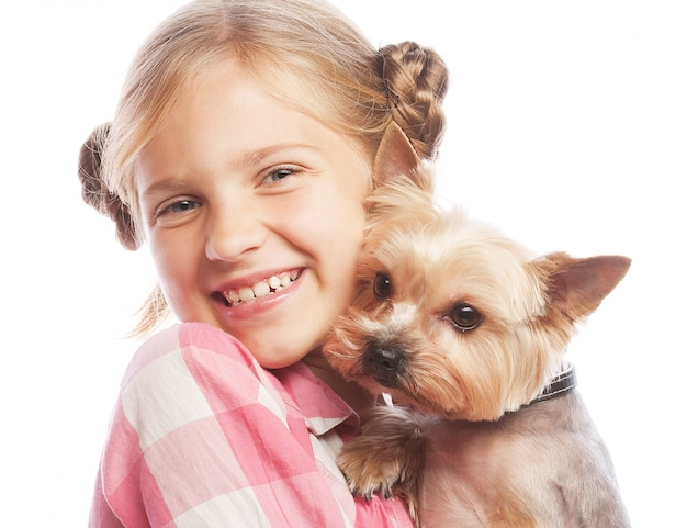 Porträt eines entzückenden jungen mädchens, das einen netten welpen halten lächelt
