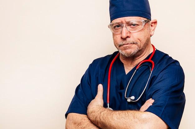 Porträt eines erfahrenen arztes in einem operationssaalanzug