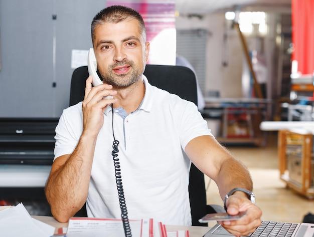 Porträt eines erfolgreichen geschäftsmannes, der im geschäftigen büro arbeitet working