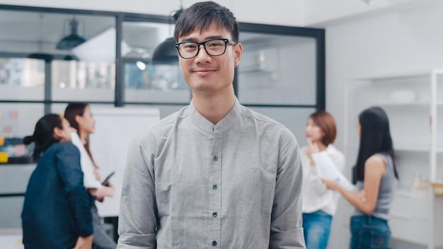 Porträt eines erfolgreichen, gutaussehenden geschäftsmannes, der in die kamera schaut und lächelt
