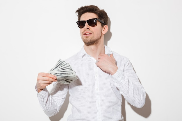 Porträt eines erfolgreichen jungen mannes in der sonnenbrille