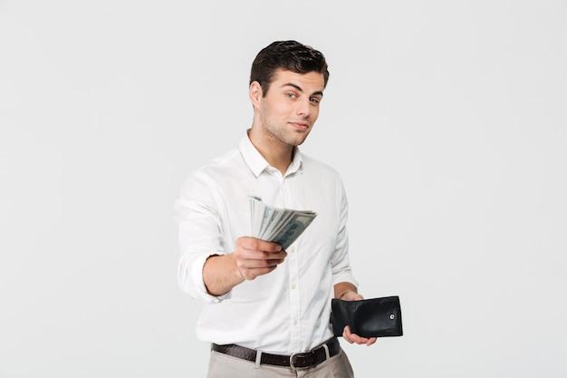 Porträt eines erfolgreichen lächelnden mannes, der brieftasche hält