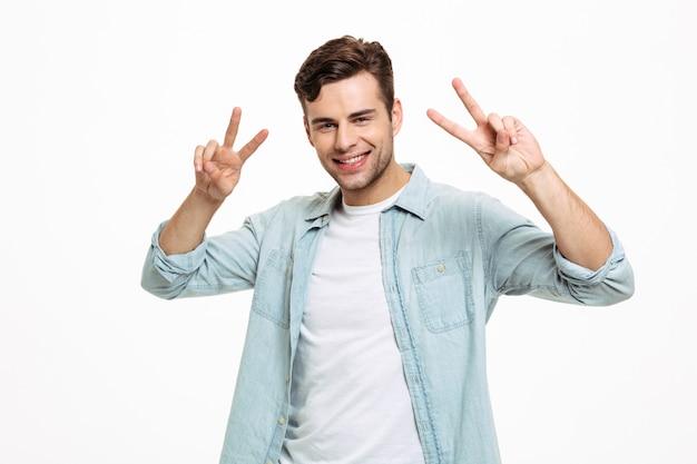 Porträt eines erfreuten lächelnden mannes