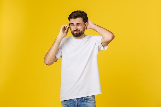Porträt eines ernsten mannes, der am telefon lokalisiert spricht.