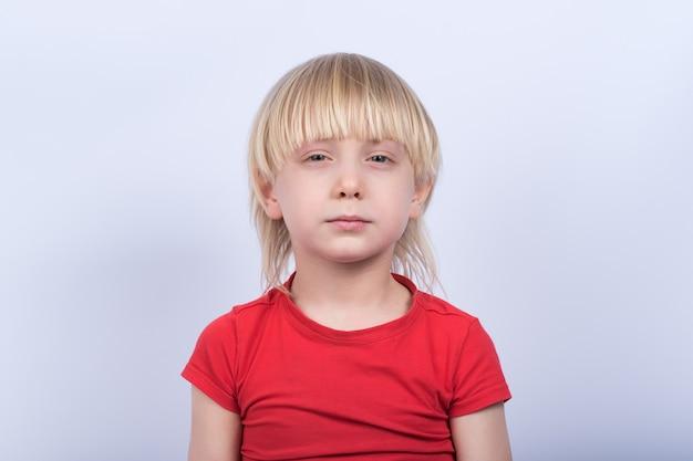 Porträt eines ernsthaften blonden jungen