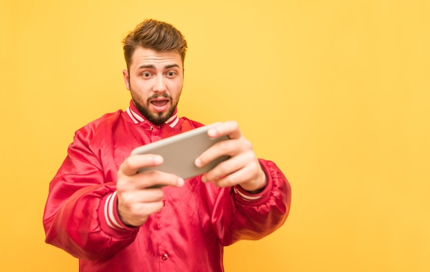 Porträt eines erwachsenen, der handyspiele auf einem smartphone spielt