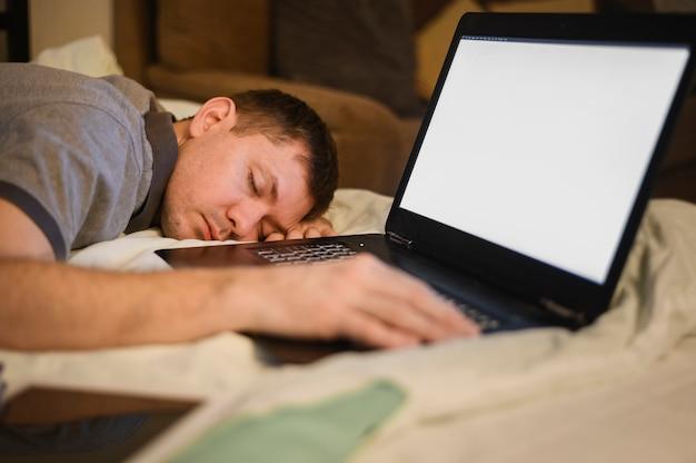 Porträt eines erwachsenen mannes, der der fernarbeit müde ist