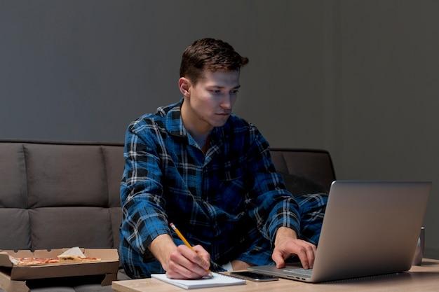 Porträt eines erwachsenen mannes, der fern arbeitet