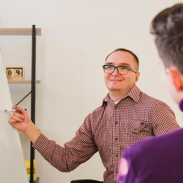 Porträt eines erwachsenen mannes, der kollegen projekt vorstellt