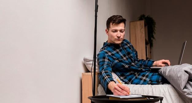 Porträt eines erwachsenen mannes, der notizen für arbeitsprojekt macht