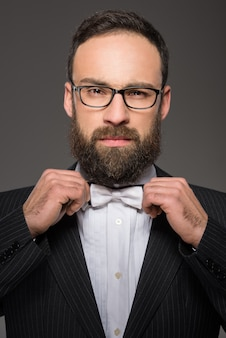 Porträt eines erwachsenen mannes in einem anzug und in einer bindung.