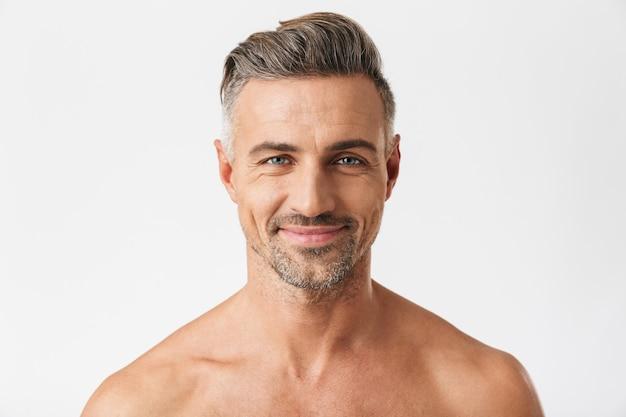 Porträt eines europäischen halbnackten mannes 30er jahre mit borstenlächeln isoliert auf weiß