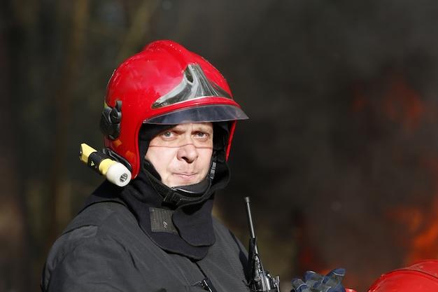 Porträt eines feuerwehrmannes. das feuer löschen
