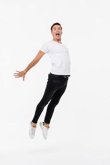 Porträt eines freudigen mannes im weißen t-shirt in voller länge