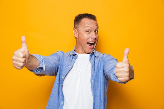 Porträt eines freudigen mannes mittleren alters
