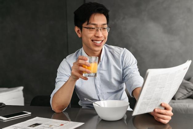 Porträt eines freundlichen jungen asiatischen mannes