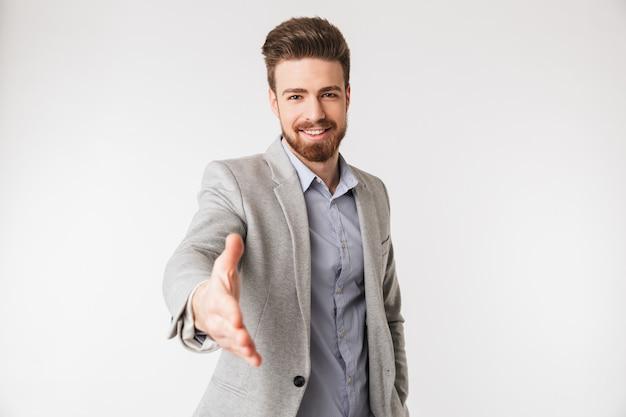 Porträt eines freundlichen jungen mannes im hemd gekleidet