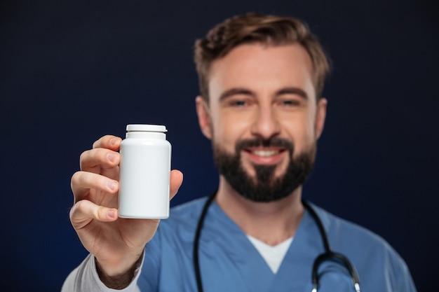 Porträt eines freundlichen männlichen doktors