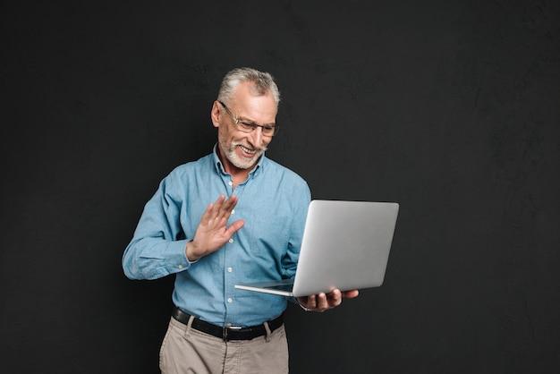 Porträt eines freundlichen reifen mannes im hemd gekleidet