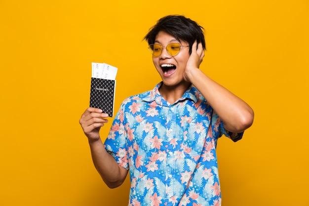 Porträt eines fröhlichen asiatischen mannes isoliert über gelb