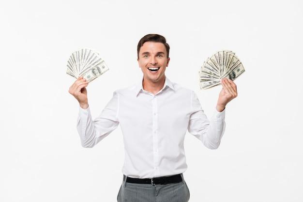 Porträt eines fröhlichen erfolgreichen mannes im weißen hemd