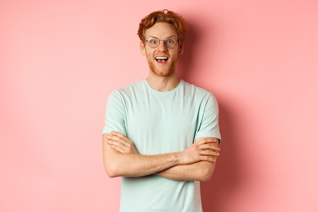 Porträt eines fröhlichen europäischen mannes mit brille, der erstaunt in die kamera schaut, sehen interessanten werbestan...
