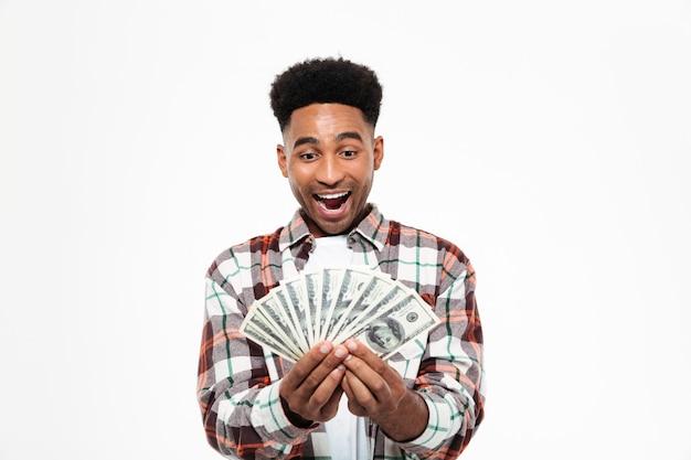 Porträt eines fröhlichen glücklichen afrikanischen mannes