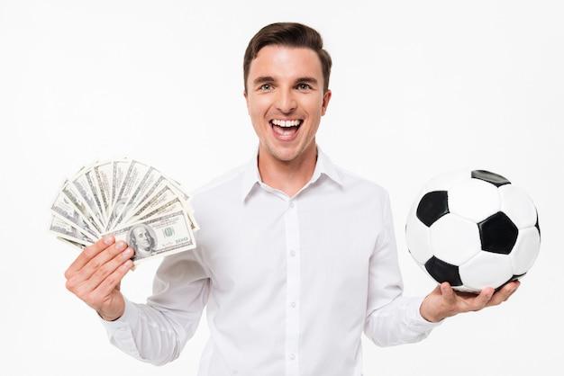 Porträt eines fröhlichen glücklichen mannes im weißen hemd