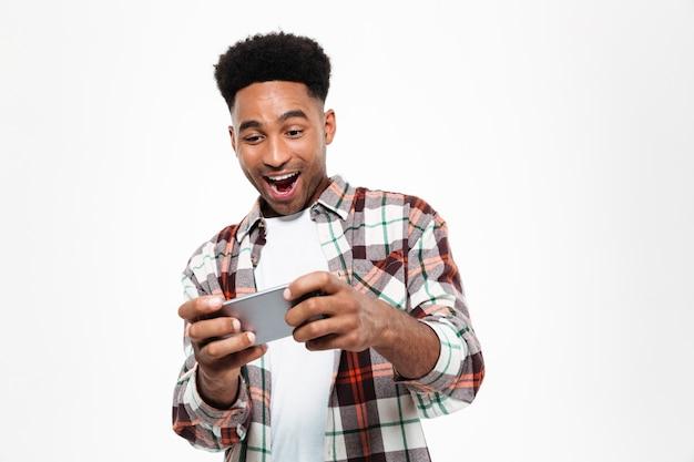 Porträt eines fröhlichen jungen afrikanischen mannes
