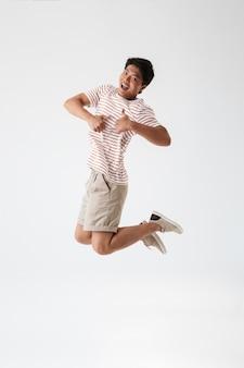 Porträt eines fröhlichen jungen asiatischen mannes in voller länge