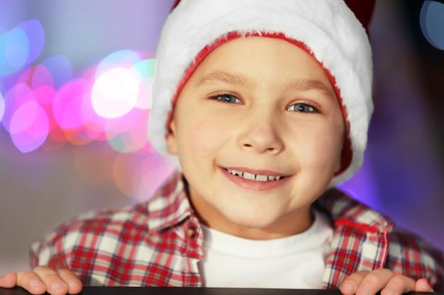 Porträt eines fröhlichen jungen im dekorierten raum nahaufnahme close