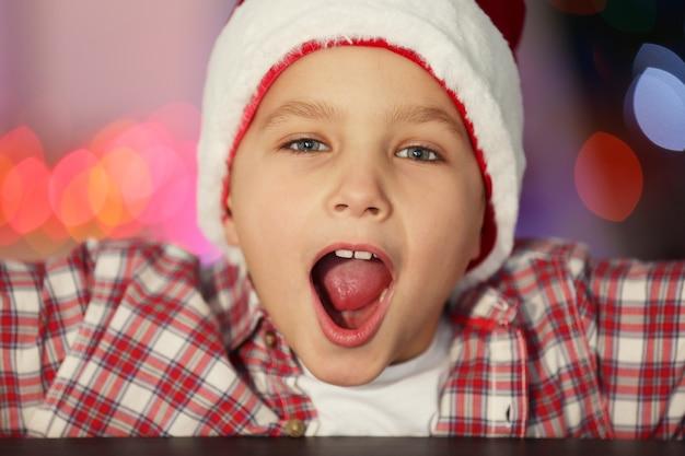 Porträt eines fröhlichen jungen im dekorierten raum, nahaufnahme