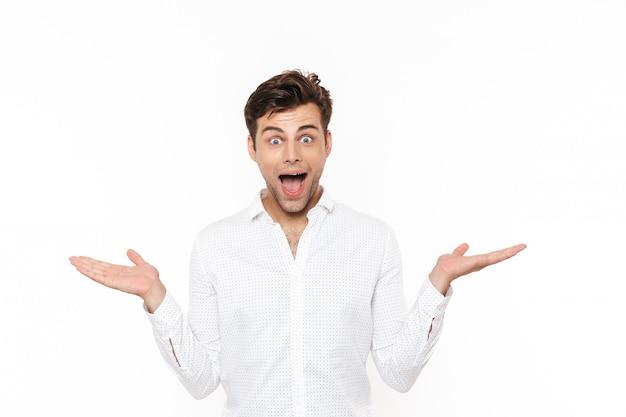 Porträt eines fröhlichen jungen mannes im hemd