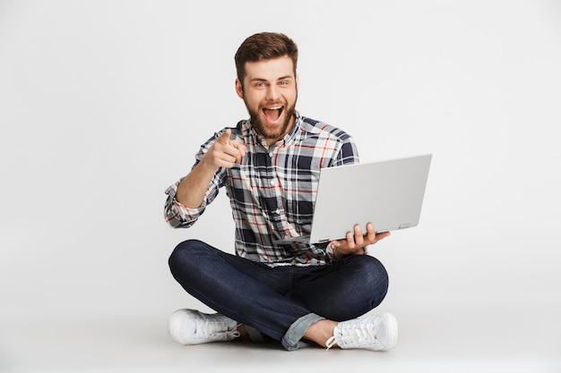 Porträt eines fröhlichen jungen mannes im karierten hemd