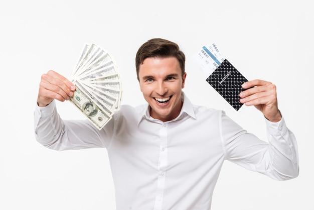 Porträt eines fröhlichen jungen mannes im weißen hemd, das zeigt