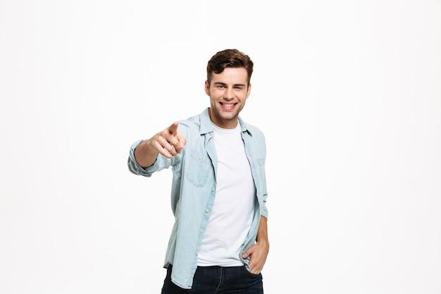 Porträt eines fröhlichen jungen mannes stehend