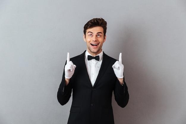 Porträt eines fröhlichen jungen mannes