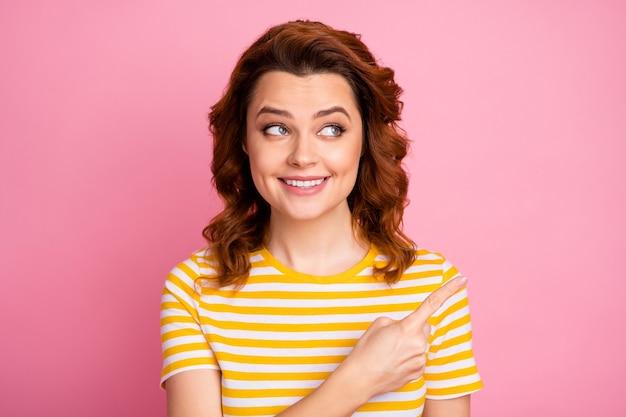 Porträt eines fröhlichen mädchens, das die entscheidung für eine kopienraumanzeige einzeln auf rosafarbenem hintergrund zeigt